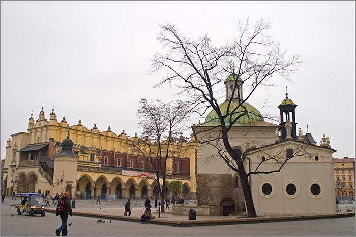 piata pietei patrate cu biserica rotunda