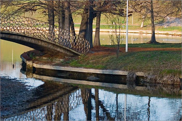 pod cu cercuri peste apa albastra